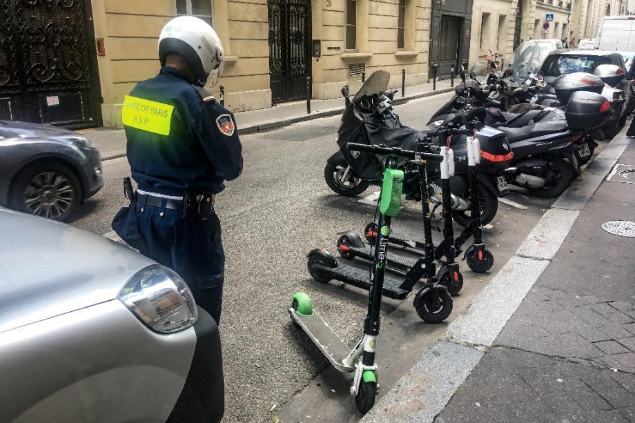 Des scooters électriques stationnées sur une place de parking à Paris, le 6 juin 2019