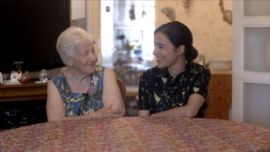 Paulette, 77 ans et Wafa, 23 ans, forment un des nombreux binômes de l'association Ensemble 2 générations qui promeut l'habitat intergénérationnel