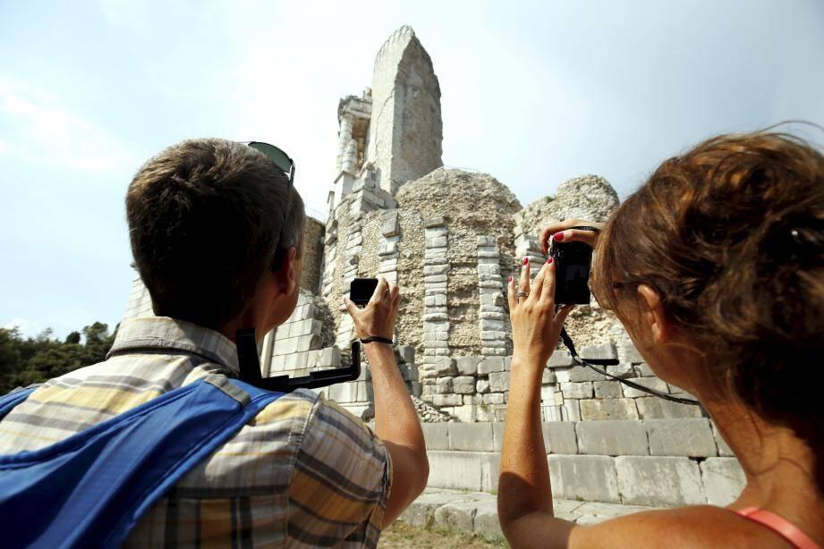 Le monument, situé à La Turbie, célèbre la victoire de l'empereur romain Auguste sur le peuple des Alpes, définitivementsoumis entre 25 et 14 avant J.-C. Il est le symbole de la puissance et la protection de Rome.