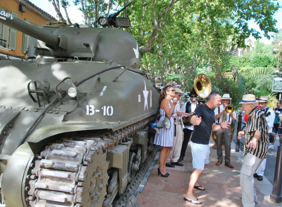 Orchestre d'époque et danse à côté du char Sherman.