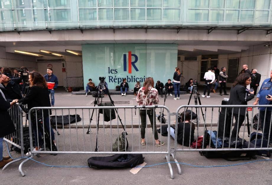 Des journalistes devant le siège du parti Les Républicains (LR) à Paris le 27 mai 2019