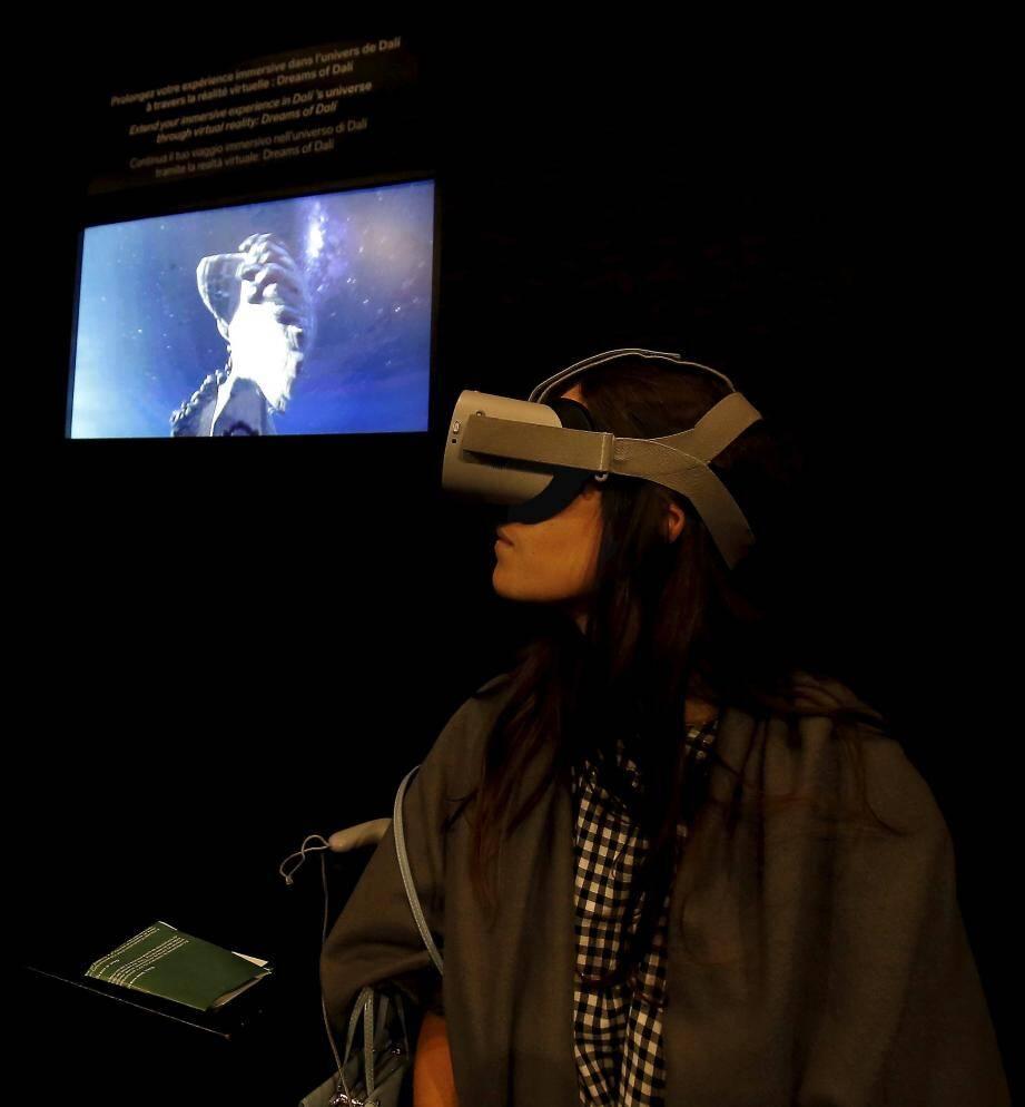 """Muni d'un casque numérique le visiteur peut """"rentrer"""" dans certaines oeuvres."""