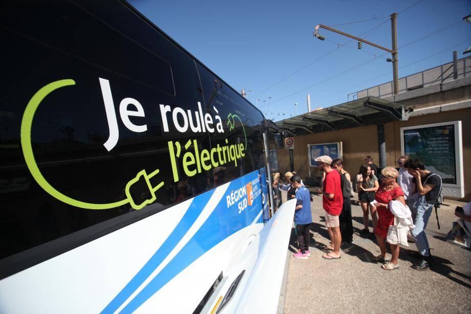 """""""Plus écolo, plus discret"""", le car électrique semble apprécié par les habitués de la ligne LER 19 Toulon-Aix."""