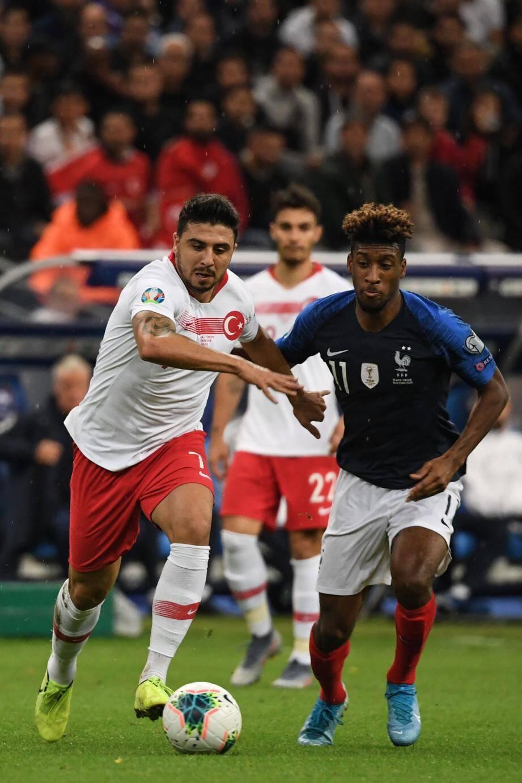 Tufan et la Turquie ont encore posé de gros problèmes à Coman et aux Bleus. Malgré le but de initial de Giroud, les Turcs ont égalisé par Ayhan. En tribunes, contrairement aux craintes de débordéments des supporters turcs, tout s'est bien passé.