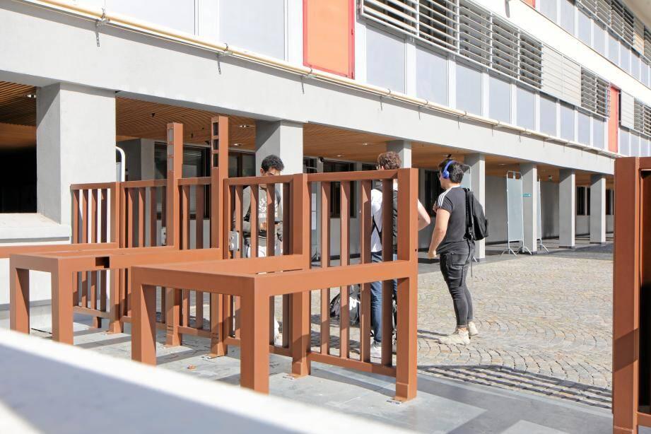 Au lycée des Eucalyptus, à Nice, les portiques ont été installés... pas les caméras. Et l'expérience a été interrompue.