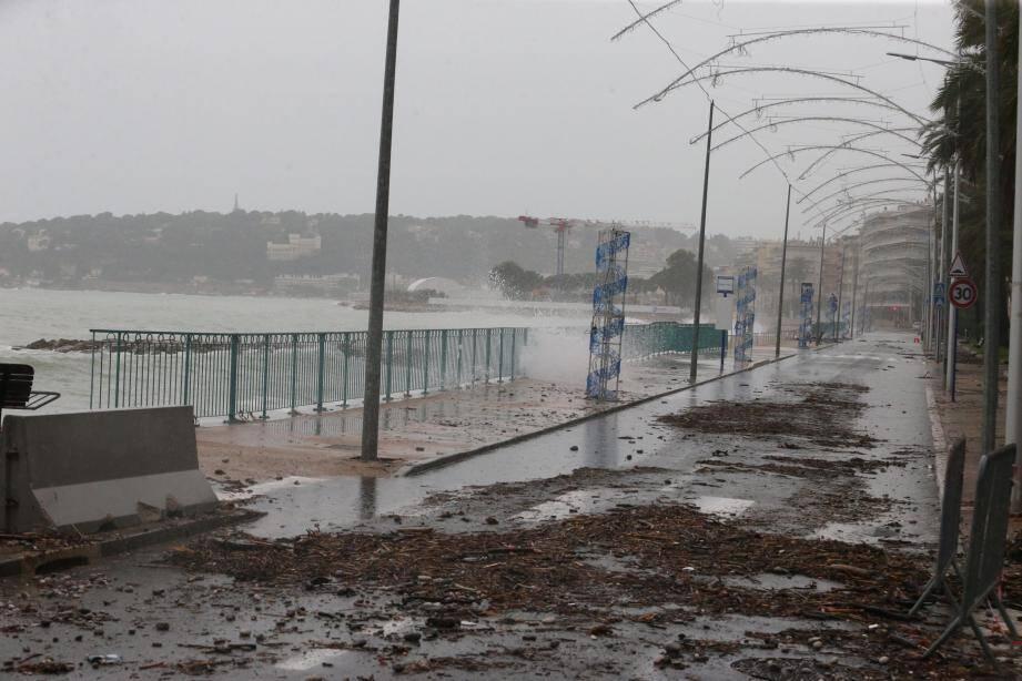 Sur la promenade du Soleil à Menton, comme à Roquebrune-Cap-Martin, les vagues ont franchi le trottoir, charriant de nombreux détritus sur la RD52, qui a été fermée une bonne partie du week-end dans les zones les plus sensibles des deux communes.