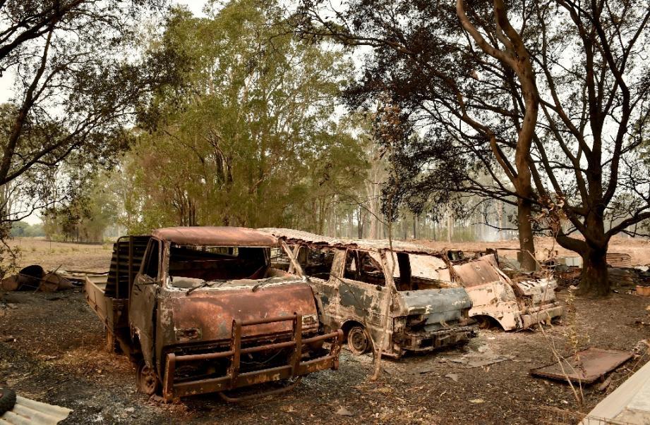 Des carcasses calcinées de véhicules après des incendies de brousse à Old Bar à 350 kms au nord de Sydney le 11 novembre 2019