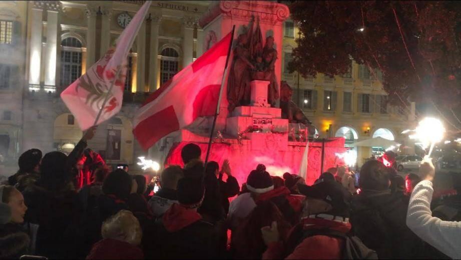 Une centaine de personnes s'est réunie, hier soir place Garibaldi, pour honorer le « berger », emblématique supporter de l'OGC Nice décédé lundi.