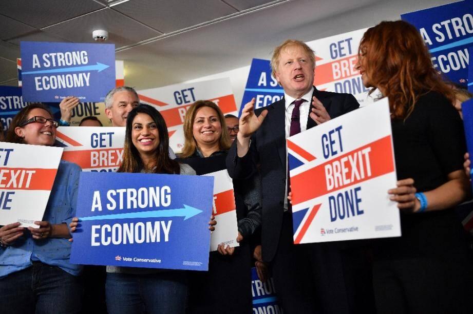 Le Premier ministre britannique Boris Johnson pose avec des militants conservateurs à Londres, le 8 décembre 2019