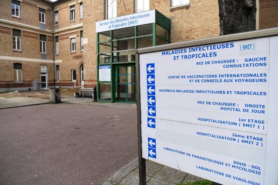 L'entrée du service des maladies infectieuses et tropicales de l'hôpital Bichat à Paris, où deux patients contaminés par le coronavirus chinois sont soignés, le 25 janvier 2020