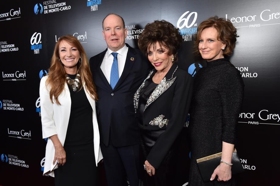 Le souverain entouré de Jane Seymour (Dr Quinn, Femme médecin), Joan Collins (Dynastie) et Anne Sweeney, représentant Netflix.
