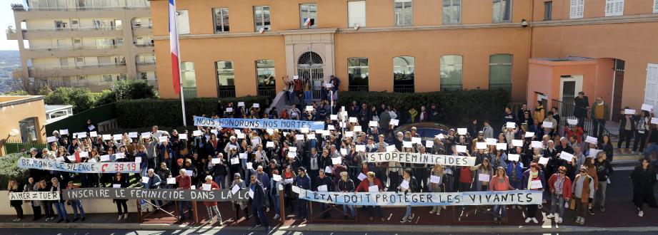 Deux cent cinquante personnes devant la sous-préfecture hier matin pour rendre hommage aux femmes tuées par leurs conjoints.