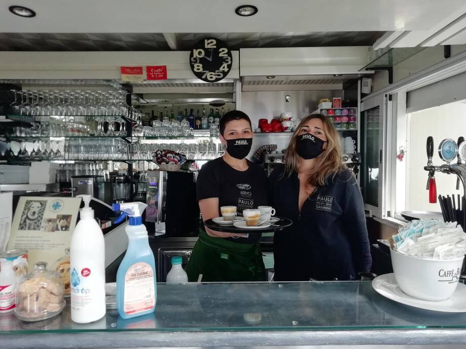 Romina et Francesca dans leur bar Paulo attendent le retour de leur clientèle française.
