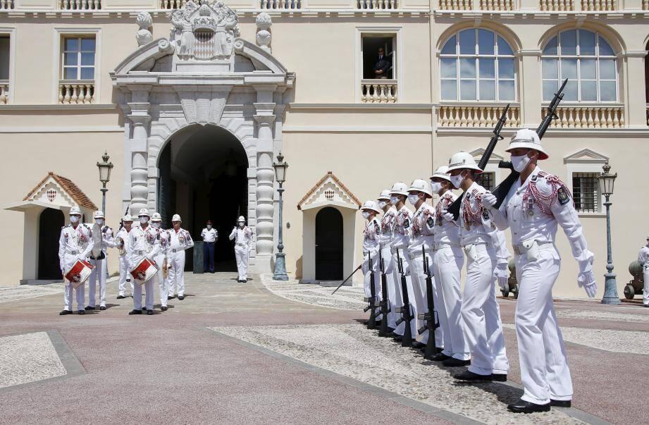 Après avoir honoré la mémoire de huit carabiniers morts au champ d'honneur en 14-18, les militaires ont quitté en formation leur caserne située face au Palais.