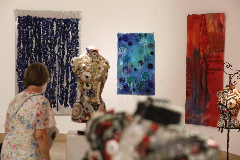 Les tableaux en tissu de Dieter Filler et les bustes ornés de milliers de boutons de Bianca Tosti ouvrent de nouvelles perspectives dans l'art contemporain.