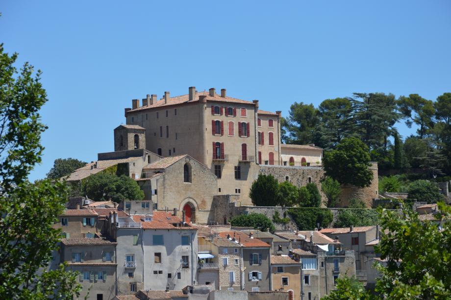 Une fracture dans l'harmonie symétrique de la façade dévoile des travaux d'agrandissement du château sur la terrasse.