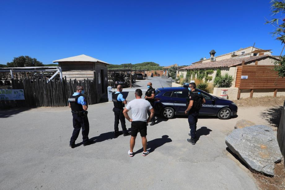 Les gendarmes en faction lors de la fermeture de la plage Moorea, jeudi midi.