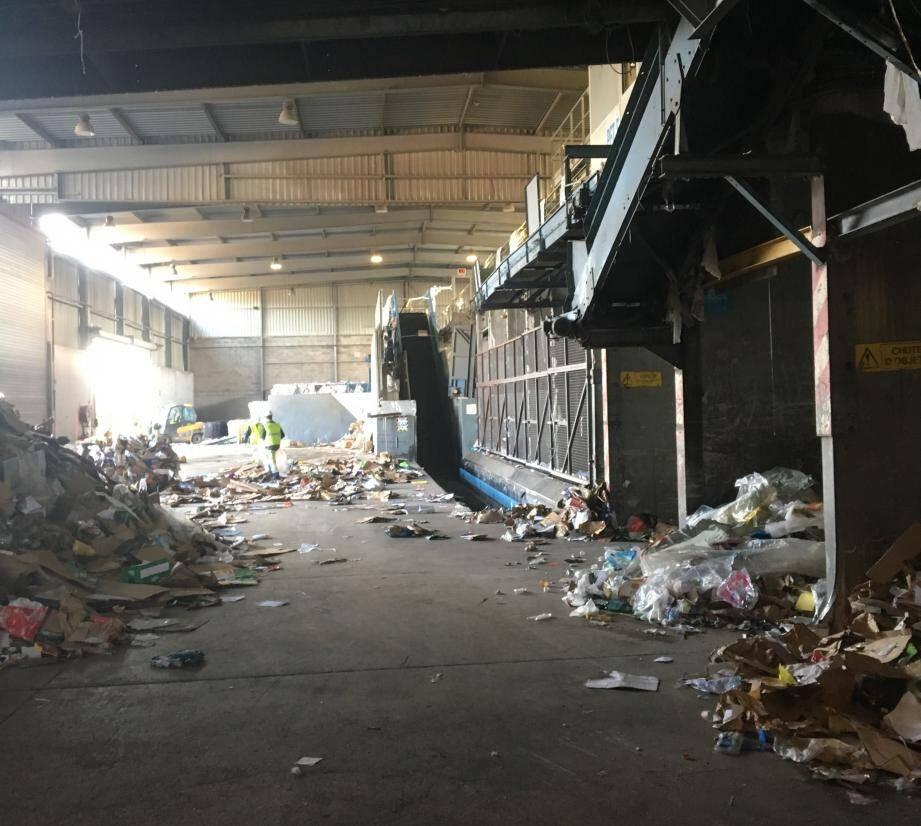 Avant d'être triés les déchets sont stockés dans l'entrepôt du centre de tri.