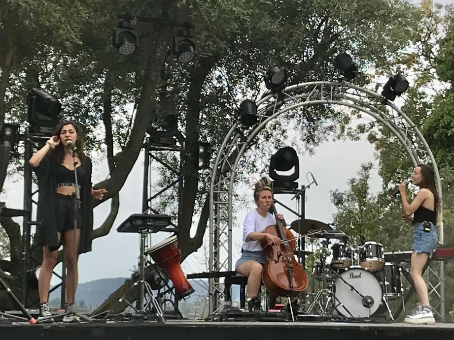"""LEJ, au Mas des Escaravatiers """"comme à la maison"""" hier soir. Le groupe ne sait pas encore où il va tourner sa nouvelle vidéo Summer 2020, mashup de reprises que les trois copines de Saint-Denis affectionnent toujours, parallèlement à leurs compositions originales."""