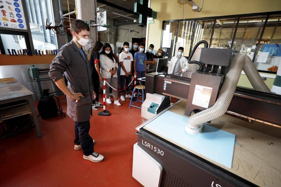"""Les élèves en """"enseigne et signalétique"""" ont reçu deux nouvelles machines."""
