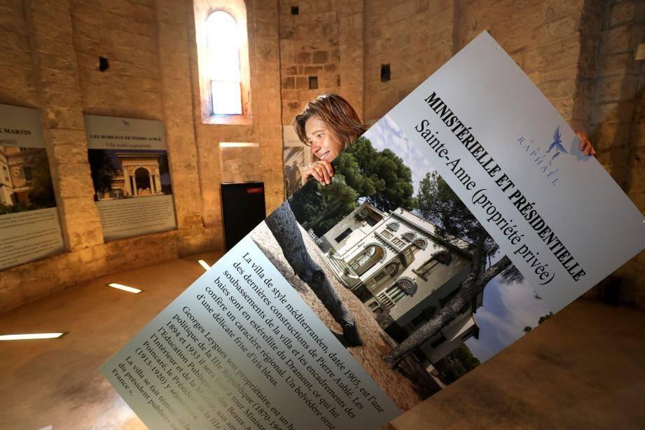 Anne Joncheray installant l'exposition ''Demeures et jardins de la Belle époque'' au musée archéologique.