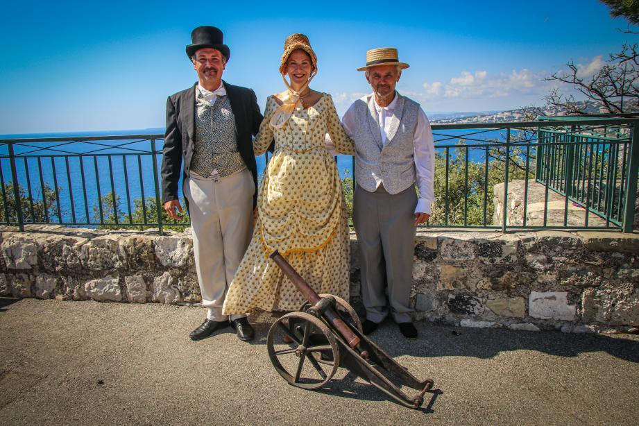 Frédéric Rey, Rowena Cociuban et Philippe Arnello lors d'une des reconstitutions théâtralisées du tir du canon, à la colline du château à Nice, le 6 septembre.