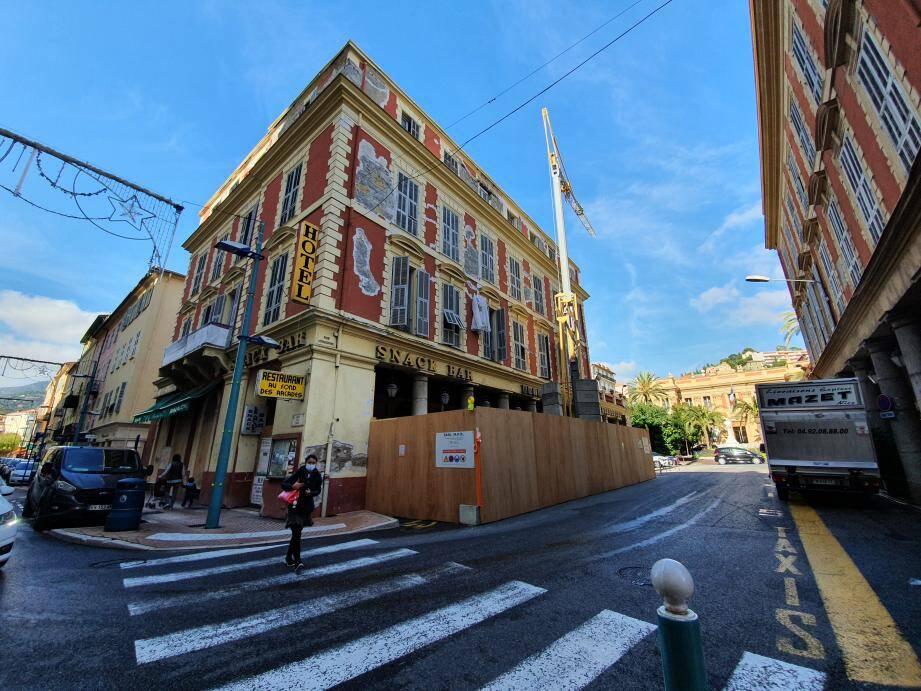 Ce mois-ci, le chantier est entré dans une phase plus active avec l'installation d'une grue rue Honorine.