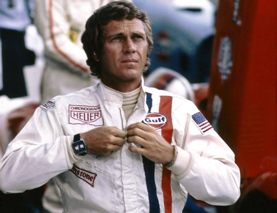 """Steve McQueen portant l'un des six modèles de la """"Monaco"""" utilisés sur le tournage de Le Mans, en 1970."""