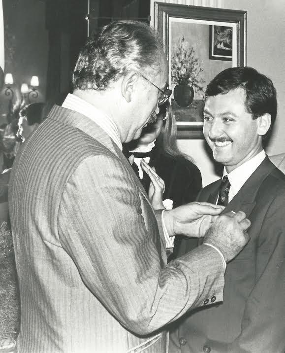 Année 1984 : Rudy Salles, alors conseiller municipal, reçoit la médaille de la Courtoisie française des mains de Jacques Médecin.