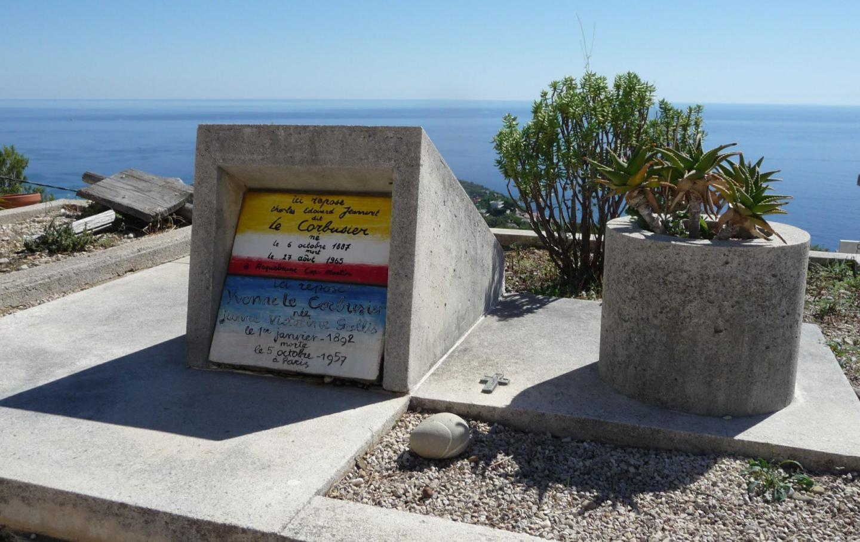 Surplombant la mer, la tombe de Le Corbusier et de sa femme Yvonne, dessinée par feu l'architecte...