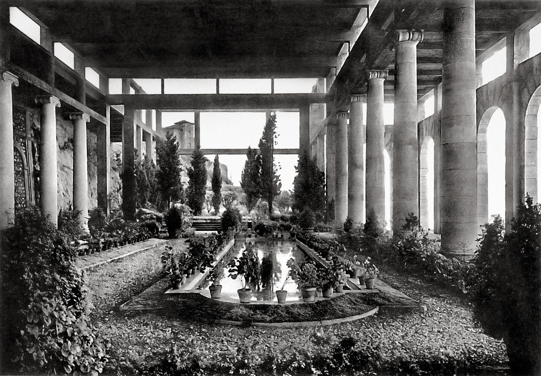 Le hall à colonnades de marbre  du château de Juan-les-Pins.