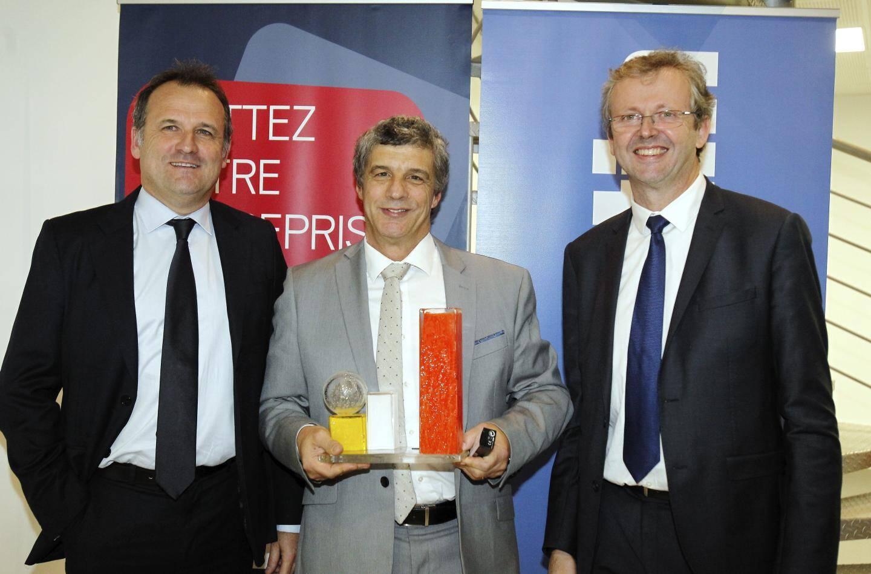 Bernard Alfandari, congratulé par Isabelle Graniou-Marniquet (EDHEC), Hélène Ingigliardi (Banque Populaire Méditerranée) et Bruno Valentin (UPE06).