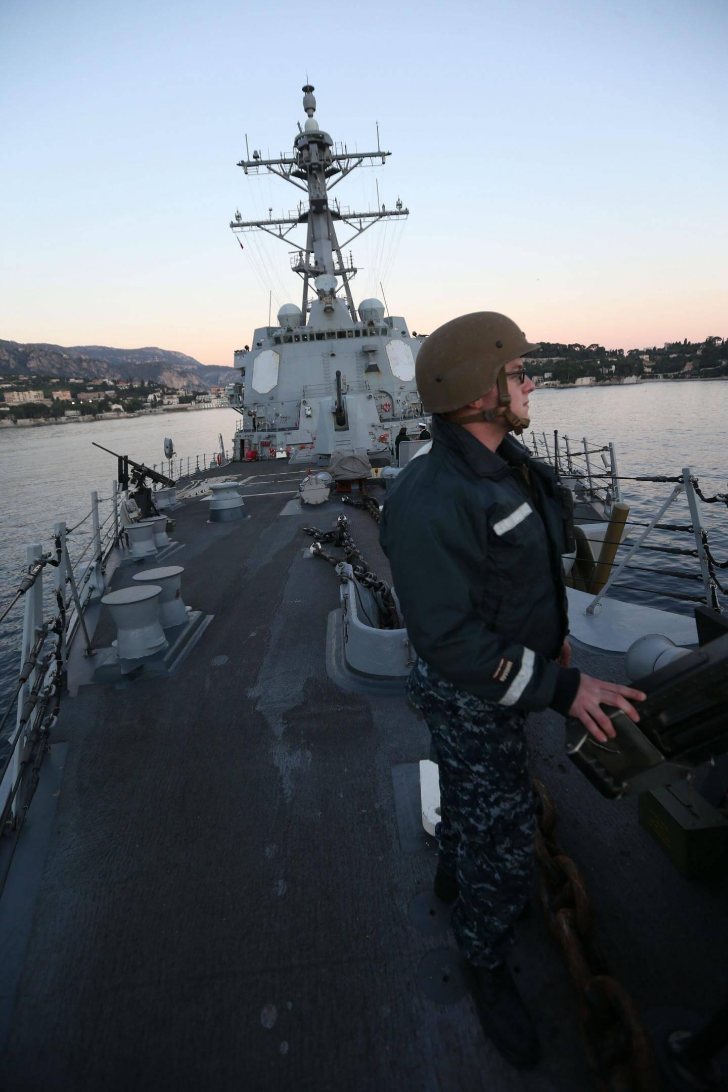 Sur le pont supérieur de ce destroyer Américain , les «Marines» sont à leur poste de surveillance, 24heures sur 24 et sept jours sur sept.