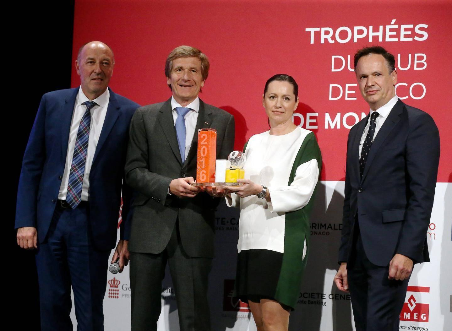 Thierry Boutsen et son épouse récompensés par Christophe Pinault (Caisse d'Epargne Côte d'Azur) et Michel Prost Dumont (BP Méditerranée).