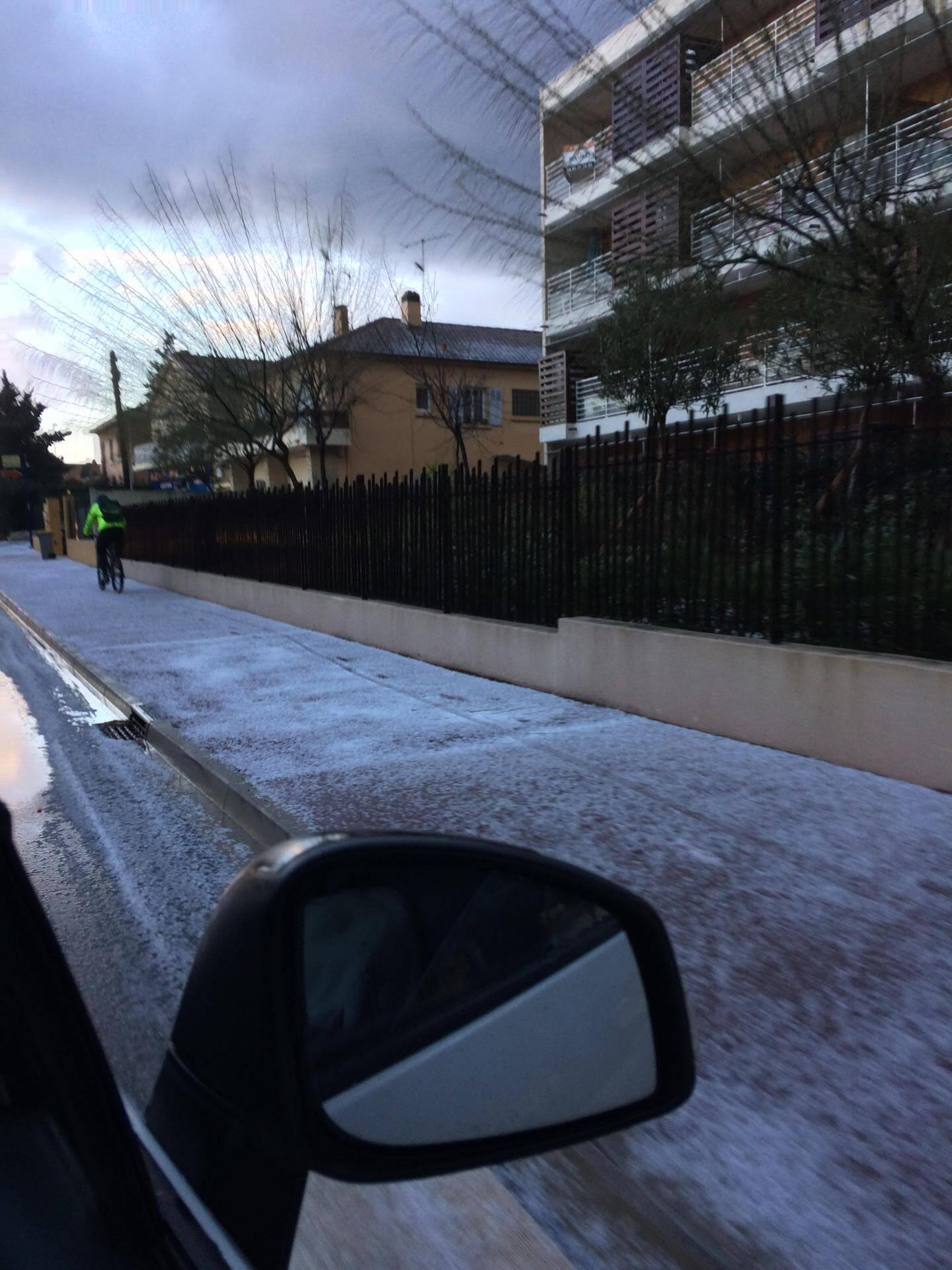 Tapis de grêle ce jeudi matin, avenue du XV corps, à Hyères