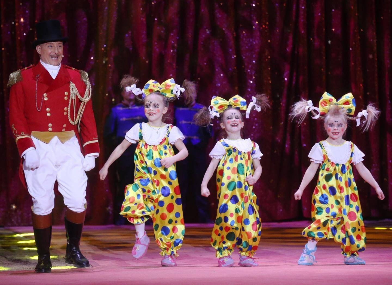 Anastasiia, Daria et Kristina, six ans, plus jeunes artistes du Festival ont reçu la coupe en mémoire de la princesse Antoinette.