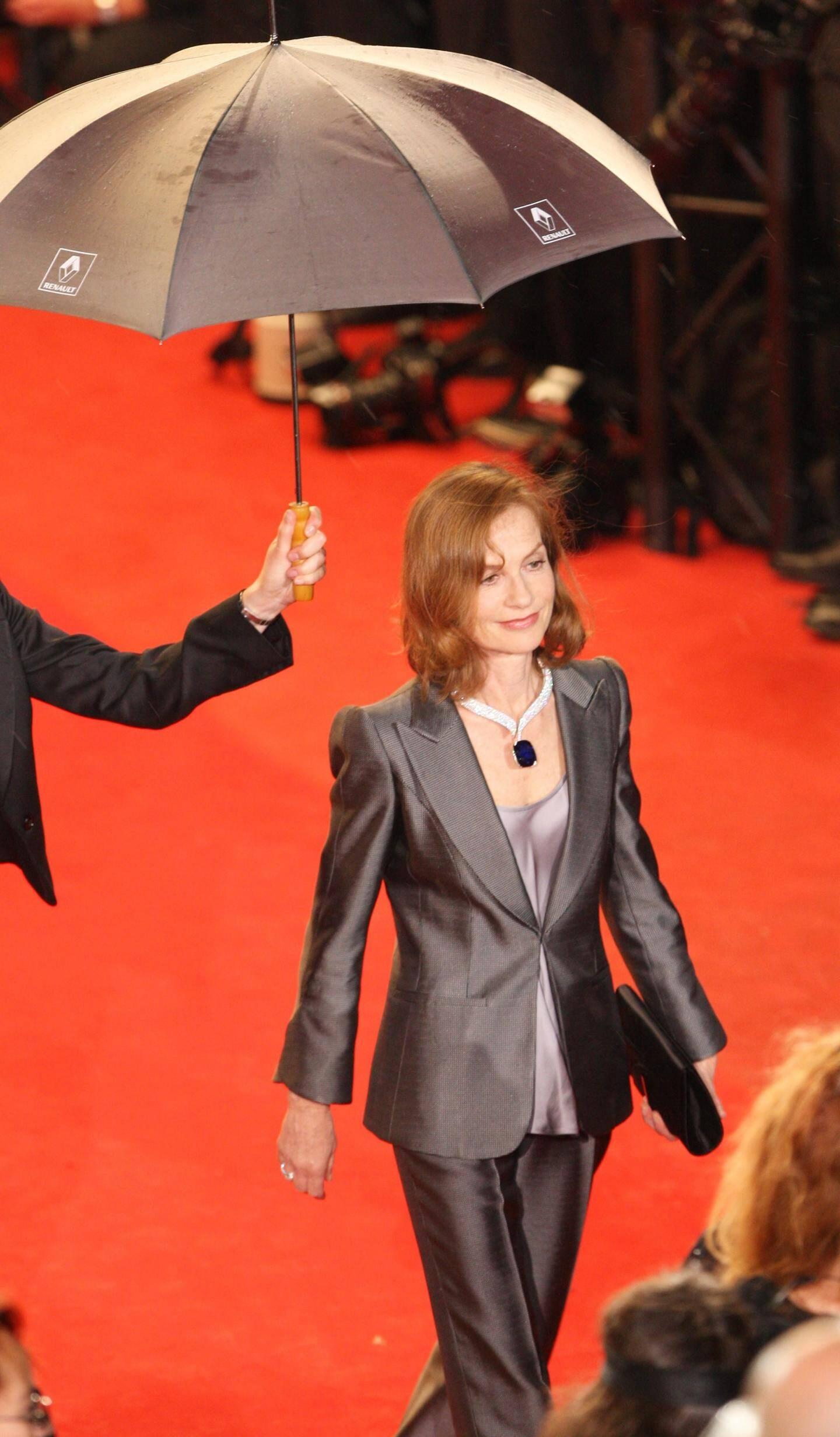 Parce que c'était lui, parce que c'était… Elle. On pourrait paraphraser De la Boétie pour qualifier la relation d'Isabelle Huppert avec le Festival, où elle a encore été acclamée l'an dernier pour le film de Paul Verhoeven. Double Prix d'interprétation (Violette Nozière, La pianiste), 19 films en compétition; elle en fut aussi maîtresse de cérémonie (1998) et présidente (2009). Cannes carbure à l'Huppert !