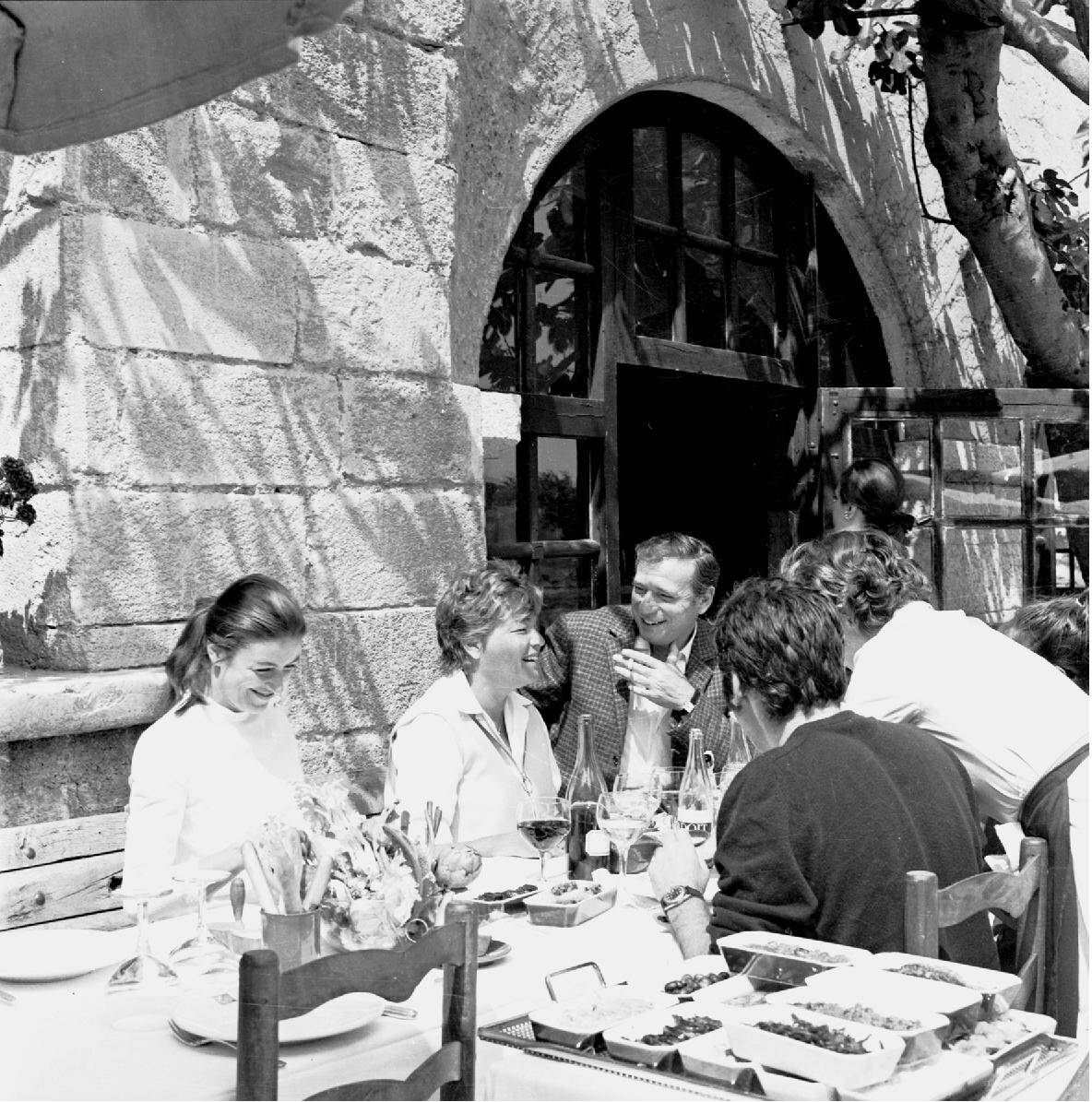Montand avec Simone Signoret et des amis sur la terrasse de la Colombe d'Or.