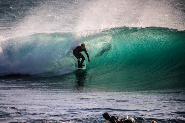 Cette superbe vague n'a pas été surfée à Hawaï... mais bien dans le secteur du Dramont à Saint-Raphaël. Si, si!