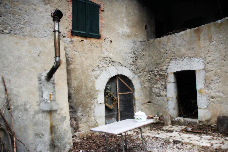 La maison forestière de Jubéo, commune de Savournon. Porte d'entrée.