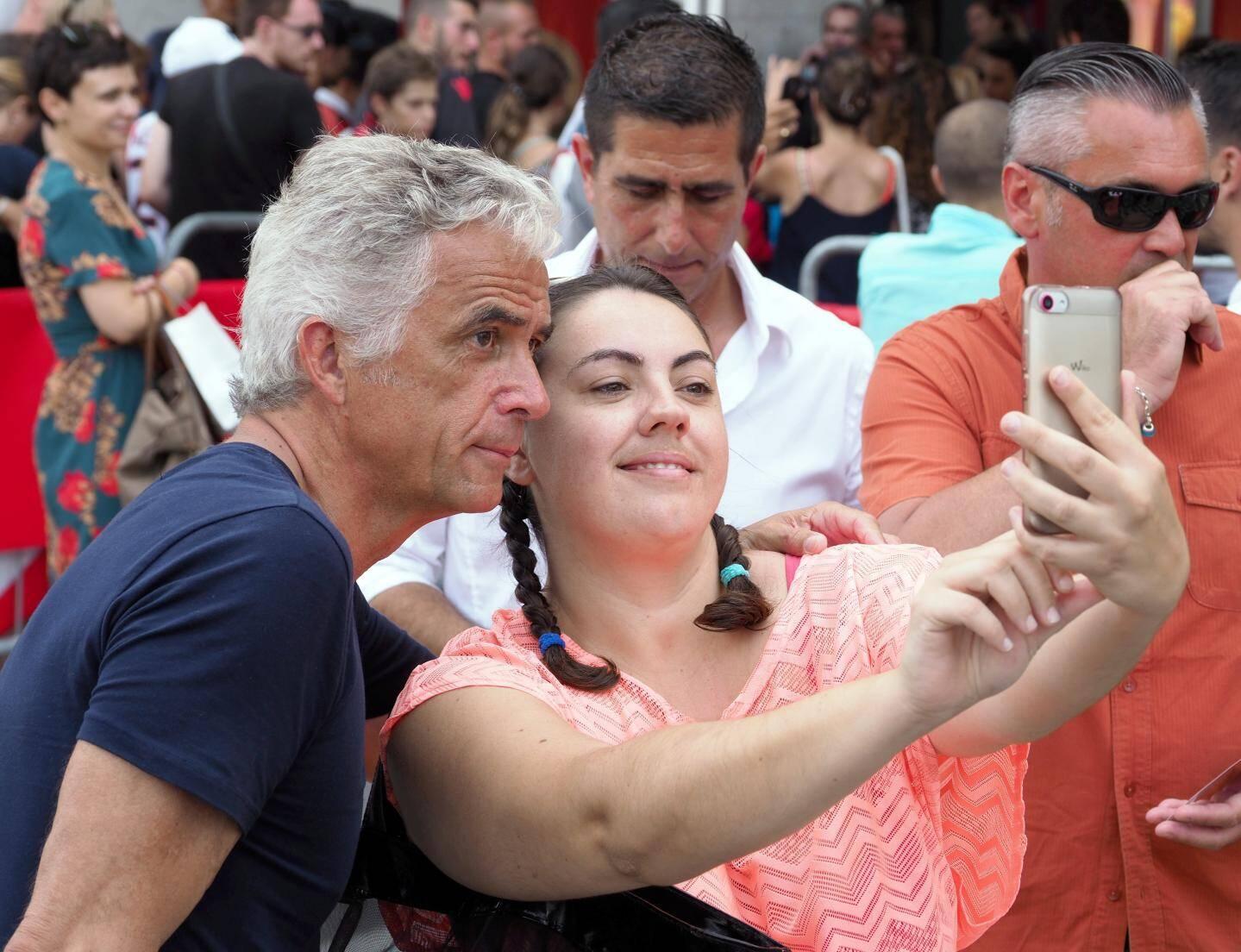 Le président J.-P. Rivère, sollicité pour de nombreux selfies.