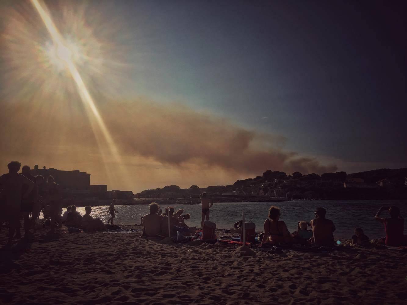 Le feu d'Aubagne vu de Bandol.