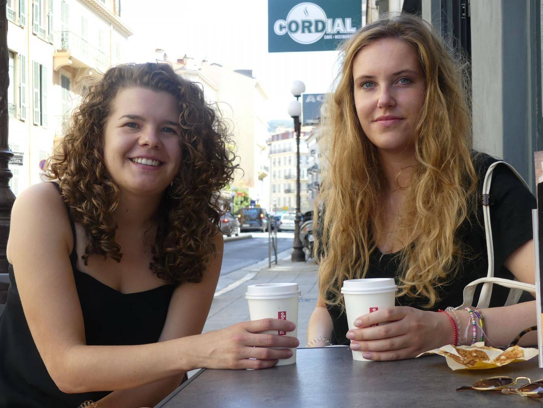 Kim Hendriks (à gauche), 24 ans, étudiante en puériculture. Liza Leenen, 25 ans, aide-soignante dans un hôpital psychiatrique.Elles vivent à Nimègue, aux Pays-Bas.