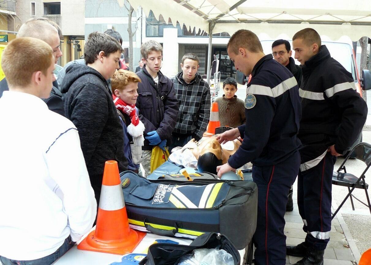 Les secours – comme ici les sapeurs-pompiers de Valbonne – mènent des actions de prévention avec le défibrillateur.