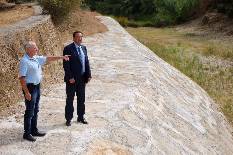 Le maire de La Londe, François de Canson et son adjoint délégué à l'urbanisme, Gérard Aubert, présentent les travaux d'enrochement qui ont été faits au niveau de la confluence des deux rivières.