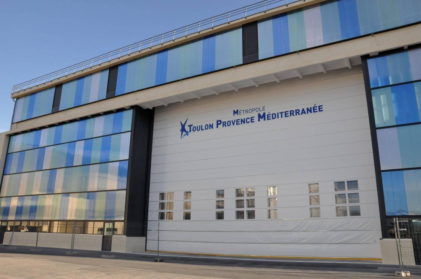 Sur la nouvelle façade de Transmétal Industrie se reflètent le ciel et la mer...