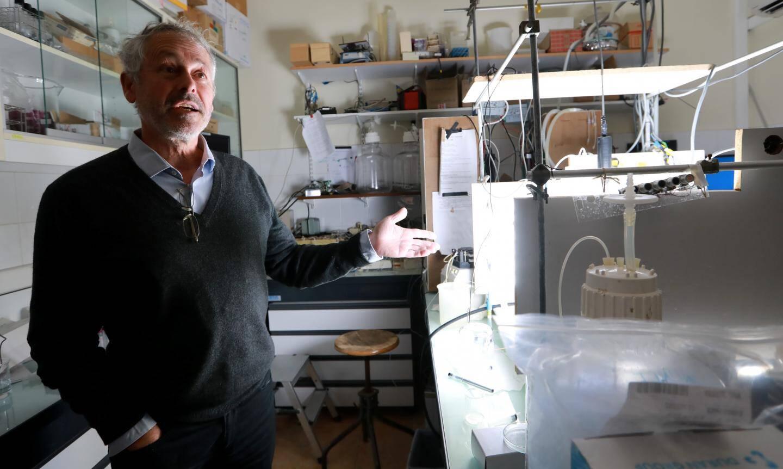 """Antoine Scandria directeur du Laboratoire d'Océanographie de Villefranche sur mer: """"Avec un biocarburant à base de microalgues, on renverra dans l'atmosphère, le C02 qu'elles y auront au préalable capté, donc ça n'augmentera pas la quantité de dioxyde de carbone, à la différence du pétrole."""""""
