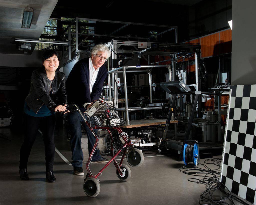 Ting Wang, post-doctorante, et Bernard Senach, chercheur, spécialistes de robotique d'assistance, au sein de l'équipe HÉPHAÏSTOS, avec un déambulateur