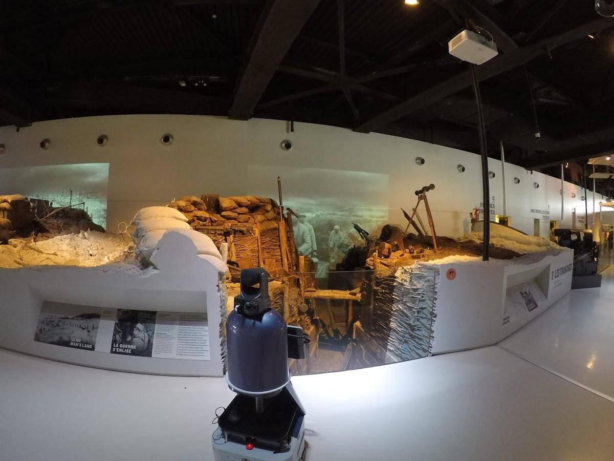 Le robot devant une tranchée, au musée de la Grande Guerre à Meaux.