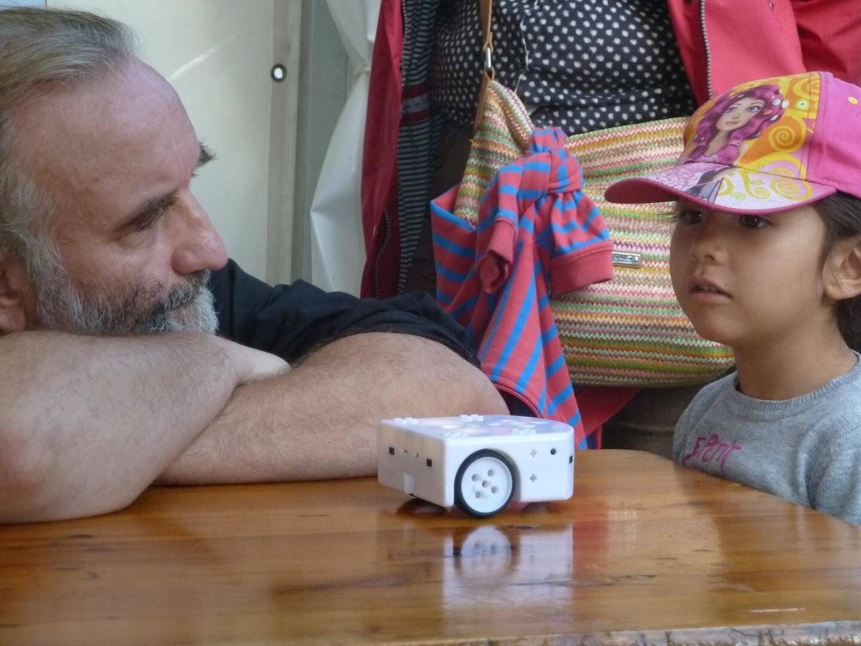 A la fête de la Science, Thierry Vieville présente le robot pédagogique Thymio.